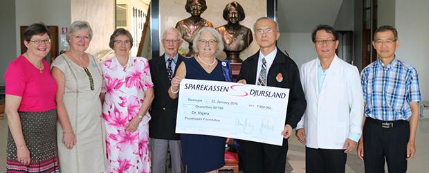 Overrækkelse af donation til hospital i Thailand